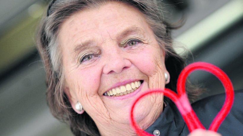 <b>Annemarie Dose</b> formt mit dem roten Faden ein Herz. - annemarie-dose-HA-Politik-Hamburg
