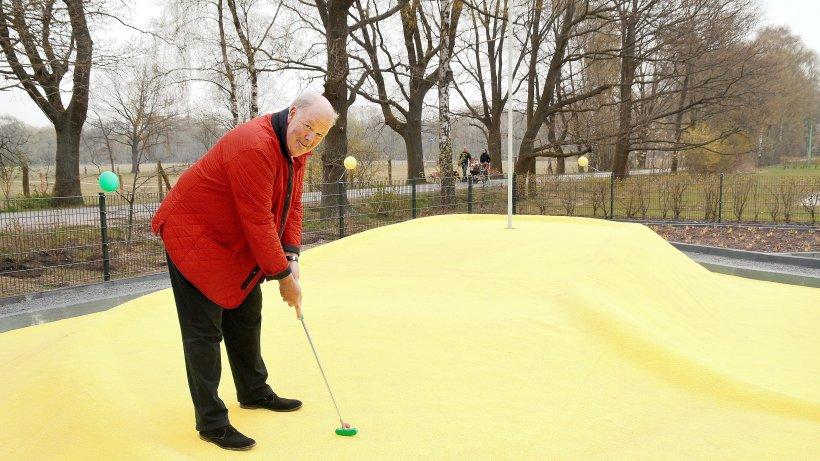 norderstedt oberb rgermeister weiht golfanlage im stadtpark ein norderstedt hamburger. Black Bedroom Furniture Sets. Home Design Ideas
