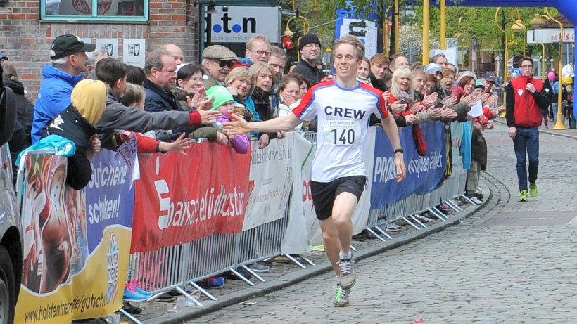 Der Triumphator: 10.000-Meter-Sieger Lennart Grube stürmt ins Ziel | Foto: Anne Pamperin